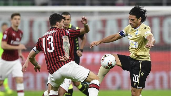 Laga AC Milan vs SPAL di Stadion San Siro menjadi pertandingan penutup pekan ke-10 Liga Italia.(Photo by MIGUEL MEDINA / AFP)