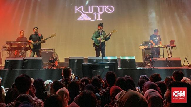 Kunto Aji Buka Festival Sewindu Tulus di Jakarta