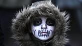 Musim dingin tak menghalau keseruan pesta kostum ala zombie dalam perayaan Halloween di Essen, Jerman. (AFP/Ina Fassbender)