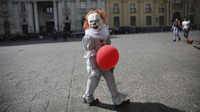 Walau tengah didera aksi demo, warga Santiago, Chile, masih tetap bersuka cita merayakan Halloween tahun ini. (AP Photo/Rodrigo Abd)