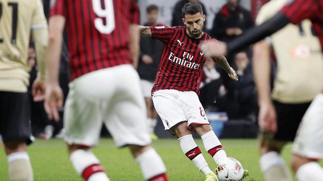 Jesus Joaquin Fernandez atau Suso yang baru masuk menggantikan Samu Castillejo pada menit ke-57 membawa Rossoneri memimpin 1-0 berkat gol dari tendangan bebas pada menit ke-63. (AP Photo/Antonio Calanni)