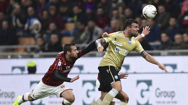 Il Diavolo Rosso dan Gli Spallini bersaing ketat di atas lapangan. Para pemain dari kedua kesebelasan saling berebut penguasaan bola. (Photo by MIGUEL MEDINA / AFP)