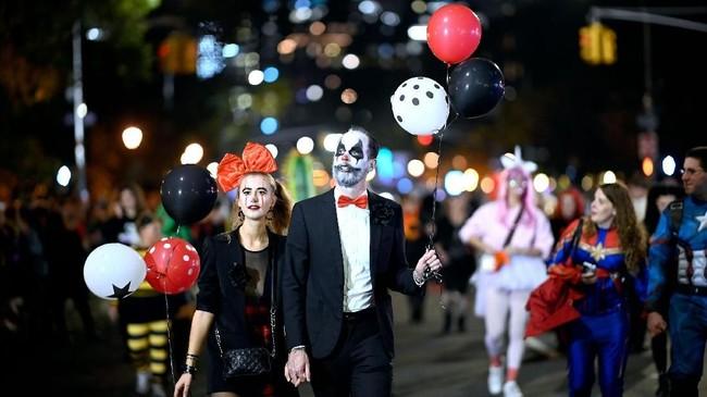 Kawasan Sixth Avenue menjadi pusat perayaan Halloween di New York, Amerika Serikat. (AFP/Johannes Eisele)