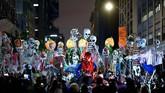 Tak hanya orang-orang berkostum seram, perayaan Halloween di New York, Amerika Serikat, juga dimeriahkan dengan arak-arakan balon dan boneka berbentuk seram. (AFP/Johannes Eisele)