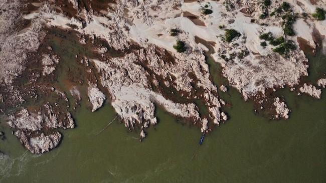 Penurunan debit air merupakan rekor terparah sepanjang sejarah.(Photo by Lillian SUWANRUMPHA / AFP)