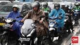 Kepadatan lalu lintas di Jalan MH Thamrin, Jakarta Pusat, masih terlihat meskipun hujan deras mengguyur kawasan ibu kota negara RI tersebut, Jumat, 1 November 2019. (CNN Indonesia/ Safir Makki)