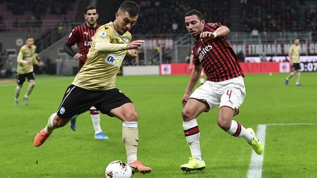 AC Milan butuh kemenangan untuk menjauhi papan bawah, sementara SPAL berambisi meraih tiga poin untuk keluar dari zona degradasi. (Photo by MIGUEL MEDINA / AFP)