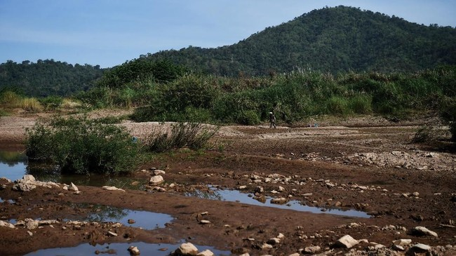 Proyek serupa juga tengah dilakukan oleh Laos dan Kamboja yang memperparah kondisi sungai Mekong.(Photo by Lillian SUWANRUMPHA / AFP)