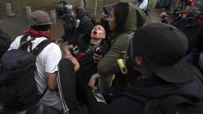 Masyarakat mengkritik kebijakan pemerintah karena lambatnya pertumbuhan ekonomi.(Photo by CLAUDIO REYES / AFP)