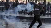 Pasukan keamanan mencoba membubarkan pengunjuk rasa dengan menembakkan gas air mata dan meriam air.(Photo by CLAUDIO REYES / AFP)