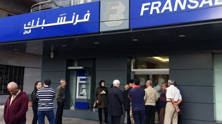 Bank-bank Lebanon berusaha untuk mencegah pelarian modal ketika mereka buka kembali pada hari Jumat (1/11/19) tanpa memaksakan kontrol modal formal.