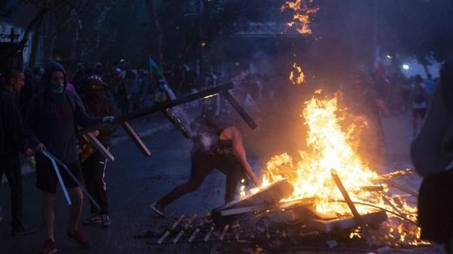Dalam aksinya, pendemo mendesak pemerintah mengubah Undang-Undang Tenaga Kerja, Perpajakan, dan Jaminan Pensiun.(Photo by CLAUDIO REYES / AFP)
