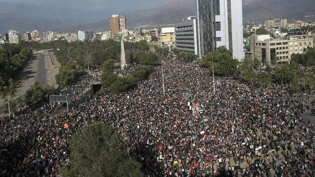 Aksi demonstrasi kembali terjadi pada Jumat (1/11) di alun-alun Plaza Italia, Chile, bertepatan dengan perayaan All Saints Day.(AP Photo/Rodrigo Abd)