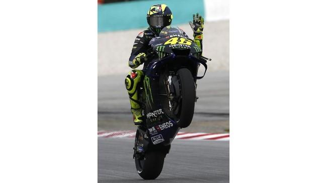 Valentino Rossi merasa puas berada di urutan start keenam. Sementara rivalnya, Marc Marquez, berada di posisi 11 setelah mengalami kecelakaan di Tikungan 2. (AP Photo/FL Wong)