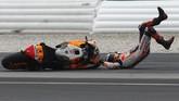 Pebalap HondaJorge Lorenzo sempat mengalami kecelakaan pada latihan bebas keempat sebelum kualifikasi MotoGP Malaysia. (AP Photo/FL Wong)