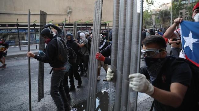 Diperkirakan 20 ribu pendemo mengenakan pakaian serba hitam turun ke jalan menyuarakan keadilan bagi mereka yang meninggal dunia pada demo dua yang berakhir rusuh dua pekan terakhir.(AP Photo/Rodrigo Abd)