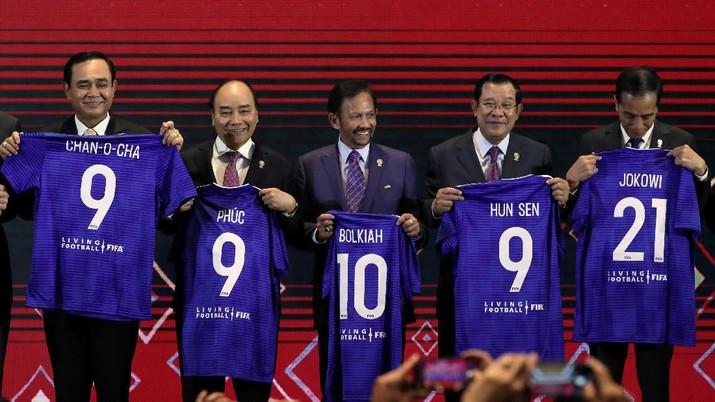 Presiden Joko Widodo (Jokowi) mendapatkan hadiah jersey dari Presiden FIFA.