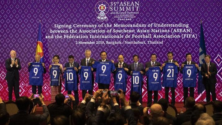 Presiden FIFA Gianni Infantino memberikan jersey nomor punggung 21 kepada Presiden Joko Widodo.