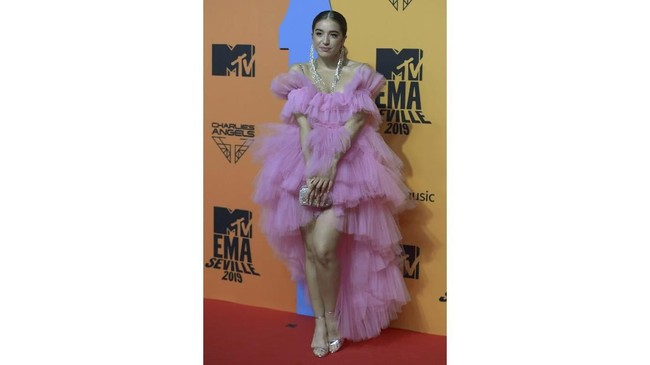 Penyanyi Lola Indigo hadir di MTV EMA 2019 dengan menggunakan gaun bertumpuk mullet berwarna pink. (CRISTINA QUICLER / AFP)