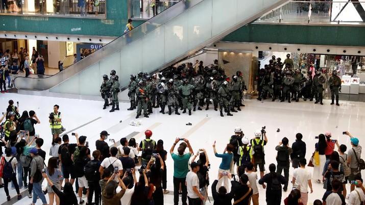 Aksi protes pro-demokrasi di Hong Kong dihiasi dengan penikaman pisau yang melukai salah satu anggota dewan lokal Hong Kong Minggu (3/11/2019)