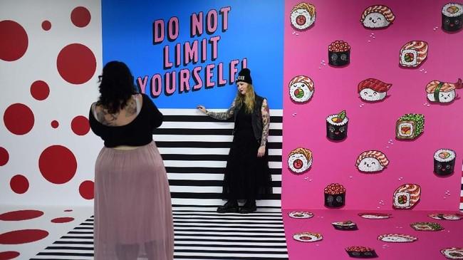 Di area seluas 2.000 meter persegi, pameran ini menghadirkan 25 ruangan untuk selfie. (AFP/Ina Fassbender)