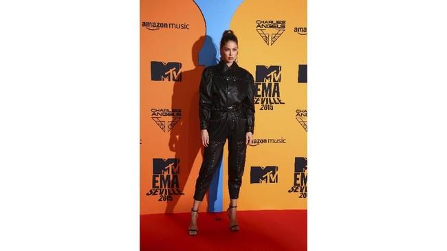 Model Doutzen Kroes juga tampil ala rocker. Dia memilih memakai jumpsuit longgar berwarna hitam dengan ponytail tinggi. (Joel C Ryan/Invision/AP)