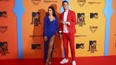Georgina Rodriguez, kekasih Cristiano Ronaldo memilih dress bodyon panjang dengan belahan dada rendah dan slit kaki tinggi (Joel C Ryan/Invision/AP)