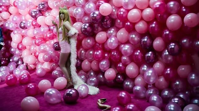 Pengunjung berpose dalam ruangan yang dihiasi balon serba pink. (AFP/Ina Fassbender)