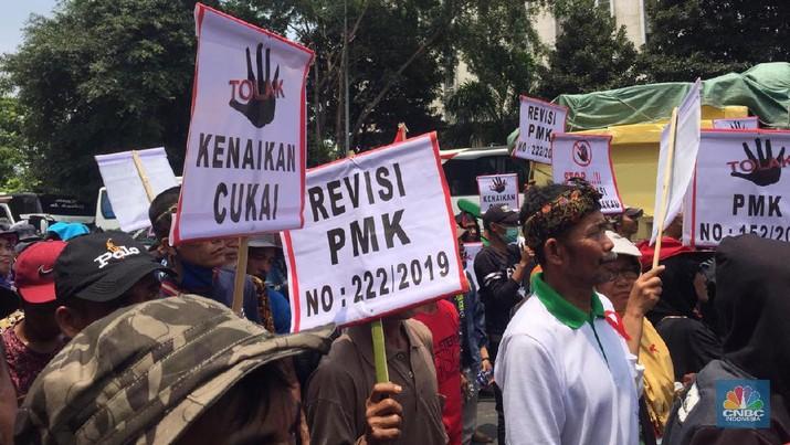 Para petani tembakau yang tergabung dalam (APTI) Jawa Barat hari ini mendatangi kantor Kementerian Keuangan.