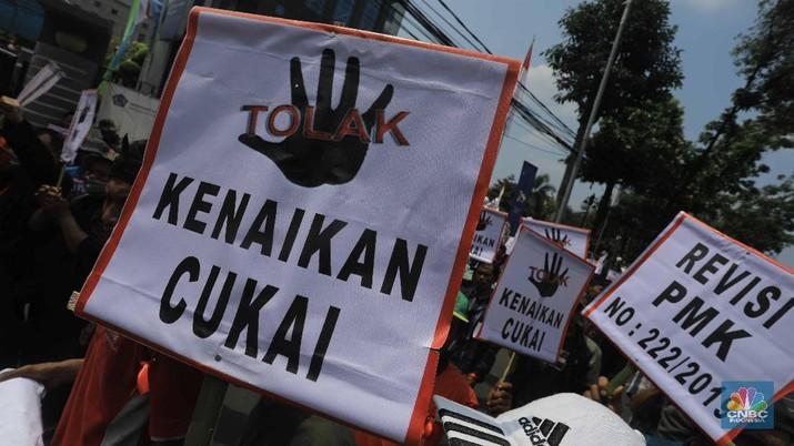 Mebawa Spanduk, Ratusan Petani Temabakau Geruduk Kantor Sri Mulyani