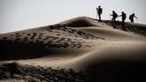 Kegiatan ini bukan ajang adu kecepatan melintasi gurun, namun untuk mengajak penjelajah mengenal alam gurun lebih dekat. (AFP/Jean-Philippe Ksiazek)