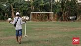 Panitia memyiapkan bola sebelum pertandingan Sparta VS Putra Betawi pada laga Porsegeb Cup IV di Stadion Mini Gebyuran, Joglo, Jakarta Barat, Jumat, 18 Oktober 2019. (CNNIndonesia/Safir Makki)