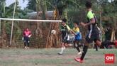 Pertandingan Sparta VS Putra Betawi pada laga Porsegeb Cup IV. Di turnamen tarkam, para pemain yang bagus acap kali disawer oleh penonton. (CNNIndonesia/Safir Makki)