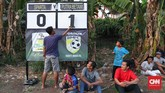 Pertandingan Sparta VS Putra Betawi pada laga Porsegeb Cup IV. Turnamen tarkam digelar dengan sederhana, tanpa tribune penonton atau penerangan untuk malam hari. (CNNIndonesia/Safir Makki)