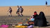 Kelompok penjelajah, mulai dari yang pemula sampai profesional dari berbagai negara, diharuskan menjelajah Gurun Sahara hanya dengan menggunakan kompas, GPS, dan buku panduan. (AFP/Jean-Philippe Ksiazek)