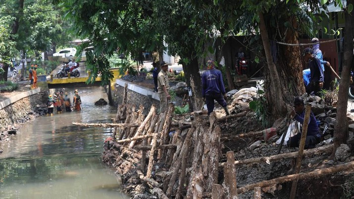 Perbaikan turap dilakukan di Kali Cabang Tengah, Jakarta Selatan.
