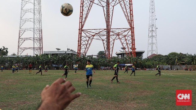 Pertandingan Sparta VS Putra Betawi pada laga Porsegeb Cup IV di Stadion Mini Gebyuran, Joglo, Jakarta Barat. Terlihat dari foto, menara-menara sutet berada sangat dekat dengan lapangan. (CNNIndonesia/Safir Makki)