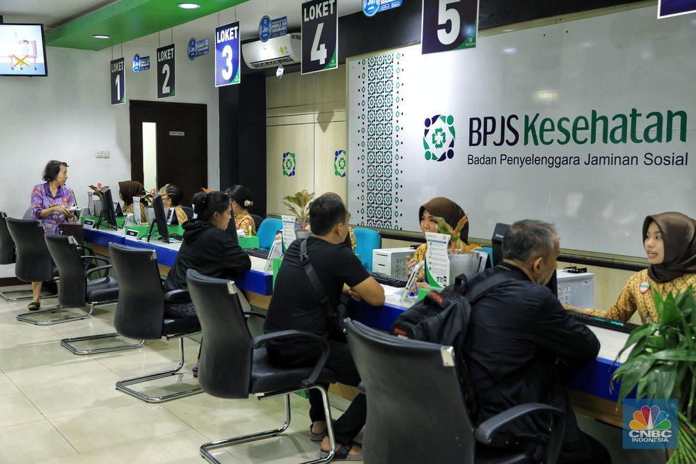 Pegawai melayani masyarakat di kantor Badan Penyelenggara Jaminan Sosial (BPJS) Kesehatan di kawasan Matraman di Jakarta, Selasa (5/11/2019). CNBC Indonesia /Andrean Kristianto
