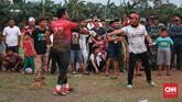Penonton menyawer uang kepada kiper Putra Betawi usai pertandingan Sparta VS Putra Betawi pada laga Porsegeb Cup IV. Jika bermain apik, para pemain memang bisa mendapatkan 'uang saku' tambahan dari para penonton atau petaruh di lapangan. (CNNIndonesia/Safir Makki)