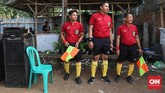 Tiga wasit disiapkan untuk pertandingan Sparta VS Putra Betawi pada laga Porsegeb Cup IV di Stadion Mini Gebyuran, Joglo, Jakarta Barat. (CNNIndonesia/Safir Makki)
