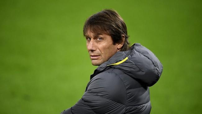 Juru latih AntonioConte mendongkrak penampilan Inter pada musim ini. Untuk sementara La Beneamata menempati peringkat kedua di Liga Italia dan di Liga Champions. (Photo by INA FASSBENDER / AFP)