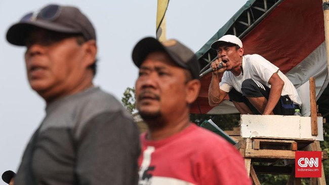 Komentator pertandingan Sparta VS Putra Betawi pada laga Porsegeb Cup IV. Mereka akan memandu jalannya pertandingan menggunakan guyonan, pantun, dan bahkan memberikan nama panggilan untuk pemain. (CNNIndonesia/Safir Makki)