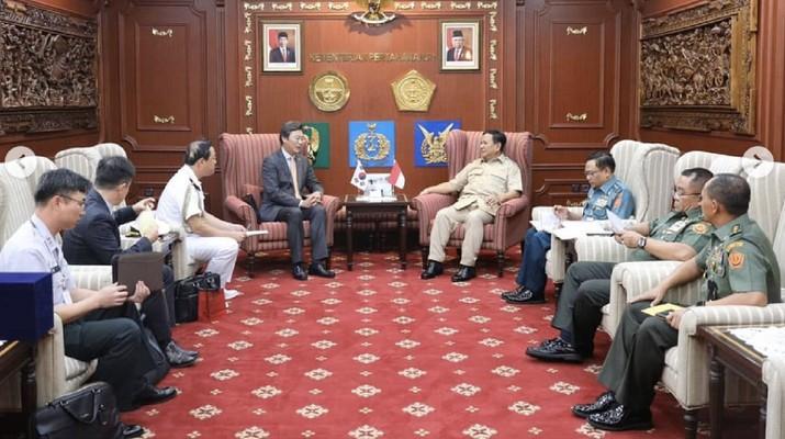 Menteri Pertahanan Letnan Jenderal TNI (Purn) Prabowo Subianto menemui tiga duta besar negara sahabat di kantornya, kemarin.