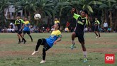Pertandingan Sparta VS Putra Betawi pada laga Porsegeb Cup IV. Satu pertandingan tarkam biasanya hanya berlangsung 2x30 menit, dan jika diwaktu normal pertandingan berakhir imbang maka pemenang ditentukan oleh adu penalti. (CNNIndonesia/Safir Makki)