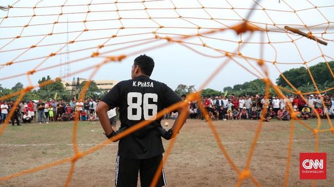 Babak adu penalti pertandingan Sparta VS Putra Betawi pada laga Porsegeb Cup IV. Setiap tim yang memenangi turnamen tarkam bisa mendapatkan hingga Rp30 juta. (CNNIndonesia/Safir Makki)