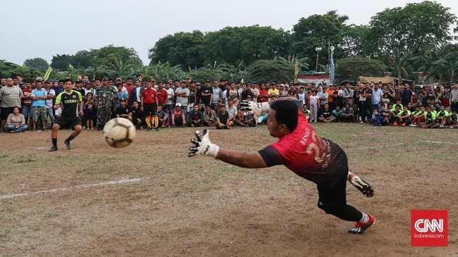 Adu penalti saat pertandingan Sparta VS Putra Betawi pada laga Porsegeb Cup IV. Turnamen tarkam digelar dengan sistem gugur sejak babak pertama sehingga tak ada hasil imbang dalam satu laga. (CNNIndonesia/Safir Makki)