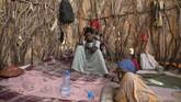 Selain mendapat perlakuan buruk, para imigran juga harus menghadapi perjalanan sulit melewati pegunungan, gurun, badai pasir dengan suhu yang sangat panas. (AP Photo/Nariman El-Mofty)