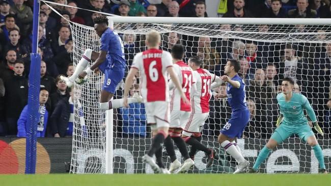 Upaya Tammy Abraham membuang bola malah membuat bola bersarang ke gawang Chelsea. Ajax unggul 1-0 pada menit kedua. (AP Photo/Ian Walton)