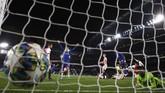Chelsea mengepung Ajax demi meraih kemenangan. Pada menit ke-78 Cesar Azpilicueta membuat bola bersarang di gawang Ajax untuk kali kelima, namun wasit menganulir gol karena Tammy Abraham lebih dulu handsball. (AP Photo/Ian Walton)