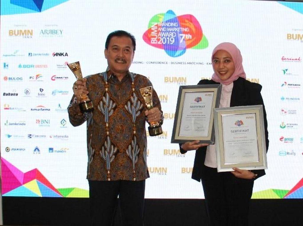 Direktur Utama Perum Jamkrindo Randi Anto memegang dua penghargaan yang di raih Perum Jamkrindo dalam ajang BUMN Branding & Marketing Award 201 9 yang digelar di Jakarta, Selasa (5/11/2019). Foto: dok. BUMN